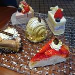 64248021 - ドイツのナハトマンのお皿に乗った普通のケーキたち。