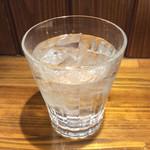 バル・カ・エール - 2杯目の麦焼酎「白猿」(ロック)。これも裏メニュー!?