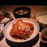 ぶり八 - 料理写真:「本日の日替わりランチ」¥800(メイン、小鉢2種、サラダ、お味噌汁、お新香、炊きたてご飯)