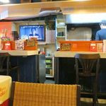 キッチン男の晩ごはん - 店は若い男女の店員で切り盛りされる