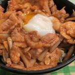 キッチン男の晩ごはん - 温玉に豚小間肉、鶏肉、ニンニク醤油ダレ
