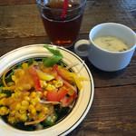 64268631 - セルフサービスのサラダとアイスティー、付け合わせのクリームスープ