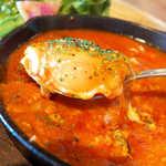 8LOUNGE - 中にはポトンと卵が1個。ごろりとチキン、玉ねぎやオリーブなど具沢山♪
