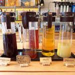 8LOUNGE - 自慢のコーヒーをはじめ、オーガニックティー・アップル・グレープフルーツジュースが並ぶ