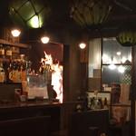俺たちの漁師小屋 - 店内。座席からもわら焼きの炎が見えてます。