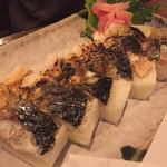 俺たちの漁師小屋 - 焼き鯖棒鮨。こちらも鯖がめちゃめちゃ美味しい。