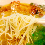 天外天 - 麺は熊本らしく無く結構細麺。このスープにニンニクテロならもう少し太い方が好きかな~