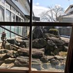 さつき食堂 - 座敷から見える 庭石
