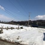 さつき食堂 - 3月の中旬なのに お店の周りの田んぼや畑はまだ雪に覆われています。