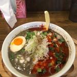 64291490 - 【2017春限定】鶏骨黒胡麻坦々麺850円  替え玉無料                       スープの表面が黒胡麻の黒、ラー油の赤に分かれているのが印象的。かるく汗をかくくらいの辛さでした。