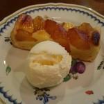 カフェ ティシャーニ - りんごのタルト、バニラアイス添え