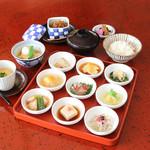 京都ぎをん 八咫 - [名物]京のお昼ごはん豆皿膳(豆皿九種)当店で一番人気の京都をイメージさせる豆皿九種と季節野菜の一品が入ったコースを是非お楽しみください。