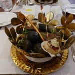 ビストロ ダイア - 綺麗な石の上に料理が・・・