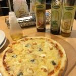 64295816 - 7種のチーズピザ