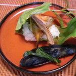 """千松しま - 笹の葉を解くと""""鯊""""の蒸し寿司。"""