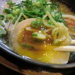 ひさし鍋焼ラーメン - ソソるビジュアルの煮玉子