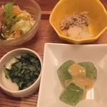 和食・酒 えん - ステーキ丼にはミニサラダとおばんざい三種