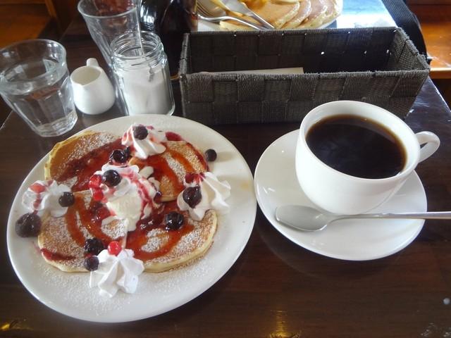 カフェ マチルダ - ベリーベリーパンケーキ(ハーフサイズ)、ホットコーヒー