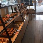 駿河ベーカリー&カフェ - 左手にイートインスペースが有ります