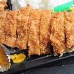 肥後椿のお弁当 - トンカツは大きなロースカツを使ってあってお弁当の半分以上のスペースを占めてました。