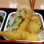 """街かど屋 - """"天ぷら盛合せ""""。エビ2、オクラ、サツマイモ、レンコン。エビは小さめだが、サクサクプリプリ。"""