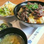 西新初喜 - 【ランチ】黒毛和牛焼肉丼ランチセット¥1300。画像にあるサラダ・香の物・お味噌汁に加え、デザートドリンクが付きます。