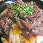 西新初喜 - 【ランチ】黒毛和牛焼肉丼のアップ。お野菜もたっぷりで、「丼もの」から想像する栄養バランスの悪さはないです。個人的にはタレの量はもっと少量でも十分美味しいのでは?と思いました。