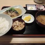 炉端焼き 鷹島本まぐろ 魚然 - ランチの煮魚と肉料理定食