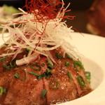 熟成肉×Bistro OGINO - じっくり半日かけて焼き上げたローストビーフを口どけの良い極薄切りにしてご提供する、ローストビーフ丼です。