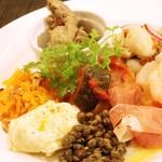 熟成肉×Bistro OGINO - 本日のおすすめ前菜を詰め込んだアントレ(前菜)プレートです。白ワインで全ていけちゃうランチメニューです。
