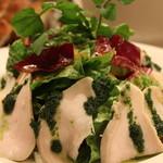 熟成肉×Bistro OGINO - パセリペーストがかかったヘルシーなチキンとトマトでレッシングで和えたのハーブチキンサラダです。