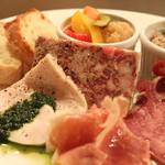 熟成肉×Bistro OGINO - 当店自慢のパテやリエットなどを盛り合わせた、シャルキュトリ(お肉で作った前菜)です。ゆっくりワインとランチタイムも良いですね。