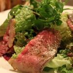 熟成肉×Bistro OGINO - 当店自慢のローストビーフの切り落としで作ったサラダです。1日限定3食くらいしか取れませんが、おすすめなランチです。