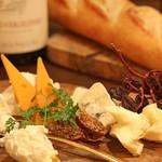 熟成肉×Bistro OGINO - ハード、セミハード、ウオッシュ、ブルー、フレッシュなど5種以上使った フロマージュ・ヴァリエーション(チーズの盛り合わせ)です。 ボトルワインが余った時や、もう一品欲しい時に活躍してくれます。