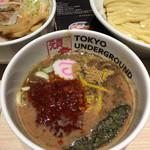 東京アンダーグラウンドラーメン 頑者 - 辛さに深みがあり、太い味のつけ汁でした('17/03/23)