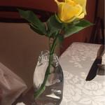 64350133 - 各テーブルにお花が。