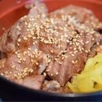 恵比寿 鐵玄 - 生ラムジンギスカン丼@税込900円:龍馬たくわんを乗せて。