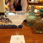 アルコジ - マルガリータ。テキーラベースの定番カクテル、ライムの酸味でキュッと締まります