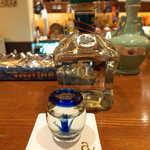 アルコジ - テキーラ「GILA」ブランコ。今度は青いアガベのショットグラスで… 強い酒だけど、円みがある