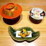 嗜季 - 最初に供される三品。まずは揚げたての天ぷら(手前)に箸を伸ばした