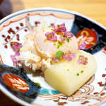 嗜季 - ホワイトアスパラのお浸しに、加能ガニとウズラのポーチドエッグ。九谷焼のパレットに展開される、食べるアート