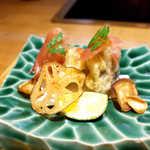 嗜季 - のとてまりの天ぷらに生ハム、レンコンと椎茸の軸のチップス。地元の特大椎茸は、松茸に匹敵する高級品