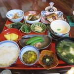 こんみど - 料理写真:お盆にのせられた料理