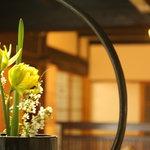 元湯 山田屋旅館 - 館内の至る所には生け花が・・・癒しの空間が広がります
