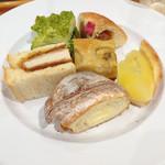 サンドッグ イン 神戸屋 - お替りの1皿。女性陣はスイーツ代わりに甘めのパンを最後に食べている方が多い様子。私も例にもれず…(笑)