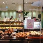サンドッグ イン 神戸屋 - ガラス貼りの外観ですが、店舗の奥側がイートインスペースになっていて、人目が気にならないのもいいですね。