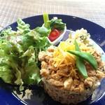 COUZT CAFE - Couztプレート(きつねちらし寿司・鶏フィレ肉のネギしょうがソース・菜の花とトマトのおひたし・グリーンサラダ)