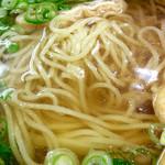 """上六庵 - """"黄いそば""""のアップ。要は中華麺だ。"""