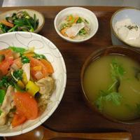野菜とつぶつぶ アプサラカフェ - 鶏とトマトのヌクマム炒め丼