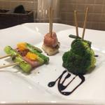 イタリアン酒場 THE MARCHE - 野菜のイタリアン串 3種盛り合わせ(各2本)  (アスパラとベーコンのオランデーズソース串、飛騨姫竹と焼きブロッコリーのバルサミコソース串、焼き大根とソーセージの粒マスタードグリル串)